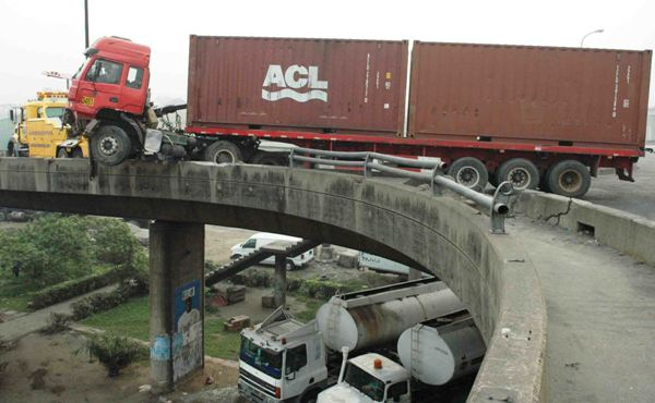 Scene of an accident on Orile-Iganmu bridge in Lagos on Wednesday (28/12/16).