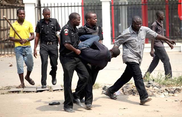 nigerian-policemen-make-an-arrest